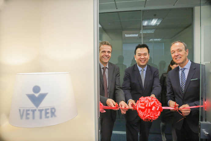 Attending the November 2014 ribbon-cutting ceremony for the opening of Vetter's new representative office in Singapore were (from l. to r.) Thomas Otto (Managing Director Vetter), Kevin Lai (Executive Director, Biomedical Sciences EDB) and Peter Soelkner (Managing Director Vetter).