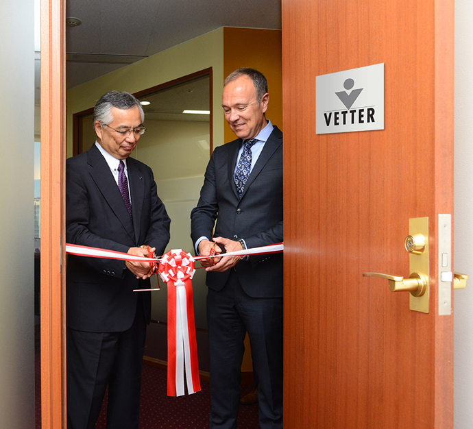 (from l. to r.) Dr. Hitoshi Kuboniwa (Senior Vice President and General Manager of Pharmaceutical Technology Division at Chugai Pharmaceutical Co., Ltd.) and Peter Soelkner (Managing Director Vetter) share in the cutting of the ribbon signaling the opening of the Vetter Pharma International Japan K.K. office, its second in the Asia Pacific region.